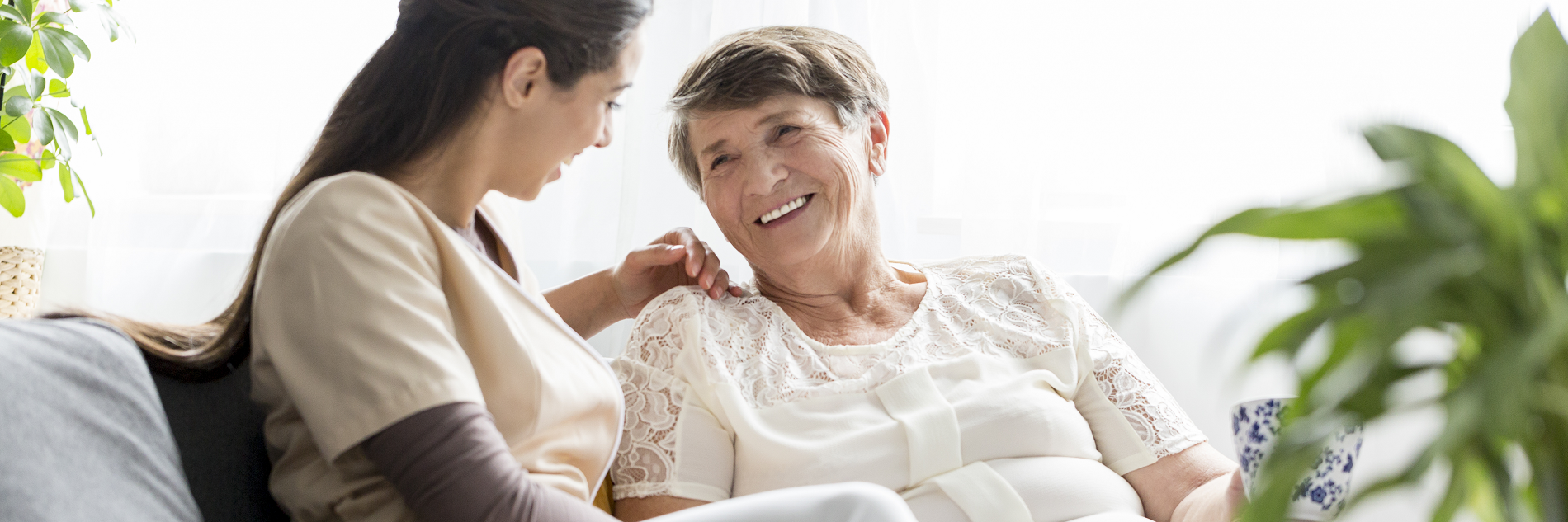Foto alte Frau mit Pflegerin