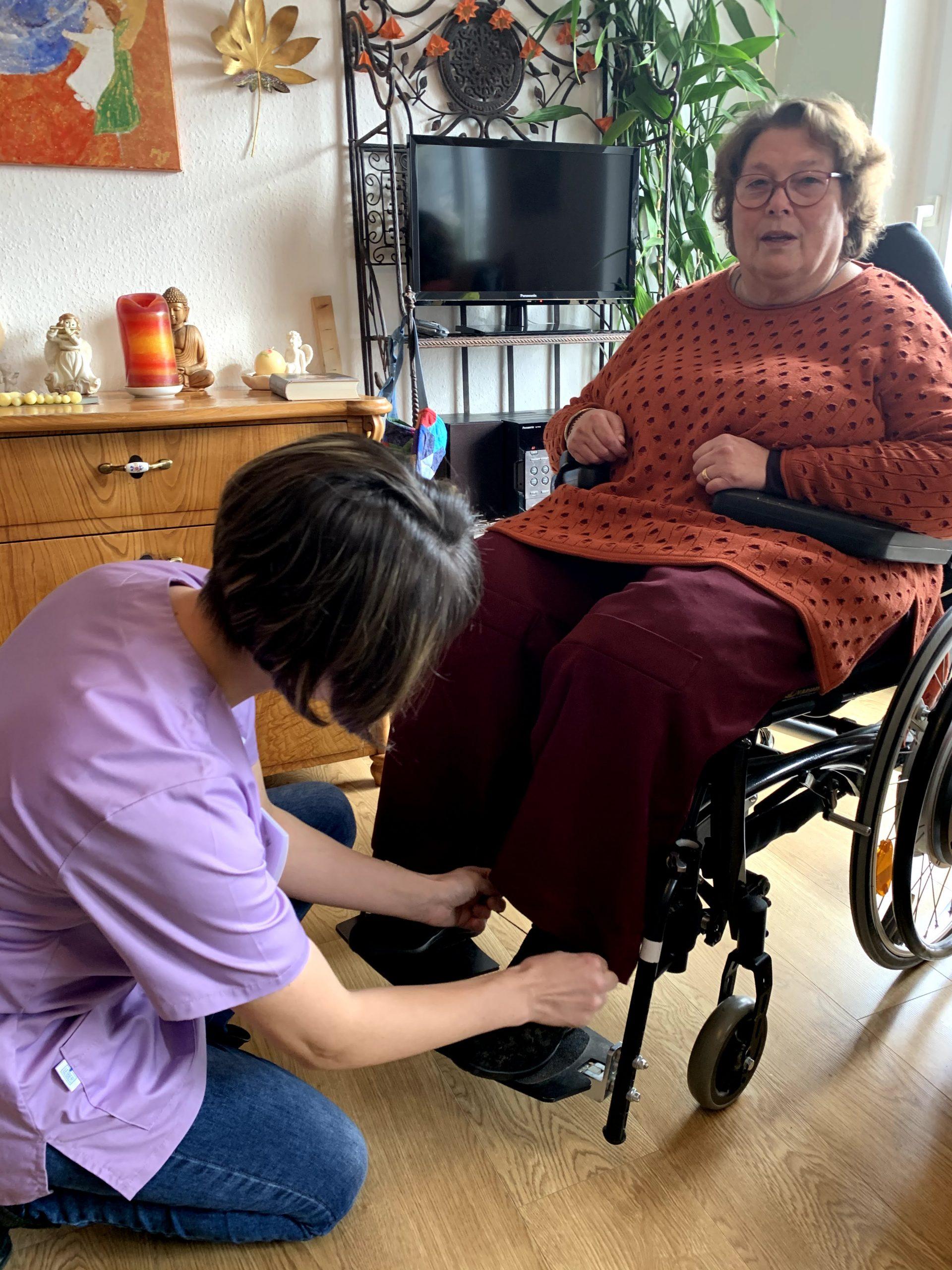 Elena Mekler mit Rollstuhl Patientin